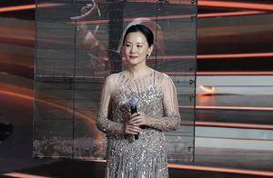 金鸡奖开幕式:戚薇金莎旗袍比美,咏梅撞衫,陈道明成龙同框热聊