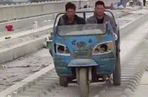每日搞笑:人类早期驯服野生三轮车的视频