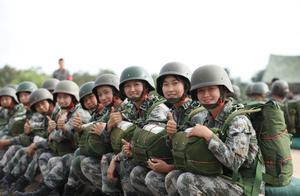 800多米高空!20余名特战女兵凌空一跃