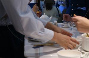 """广州人饭桌上一些小""""暗号"""",餐厅服务员看到,就能心领神会"""