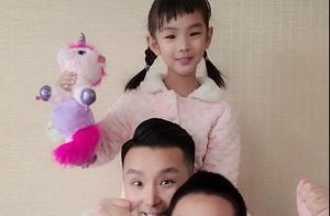 刘和刚与儿女罕见同框!小眼睛招风耳似复制,三人同框如消消乐