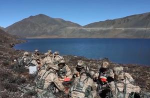 中印边境解放军无人机运送自热火锅,网友:还以为是美军