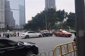 突发!广州白色奔驰冲向人行道人群!车祸现场惨重!