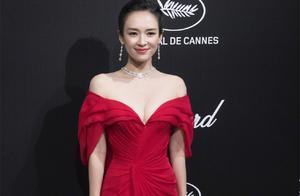 戛纳红毯之后,章子怡又在晚宴争艳!穿深V红裙太性感,美成焦点