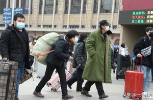 24省建议就地过年!打工人春节能回家吗?农民工两句话,很现实