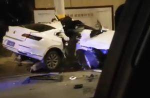 网传安徽司机开车打瞌睡导致车撞电杆上,车身断为两截