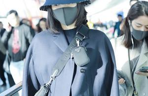 王鸥素颜走机场,一身着装质朴又保守,可一顶帽子却要六千多