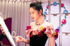 唐艺昕产后亮相活动,穿黑色花朵长裙,身材恢复真好