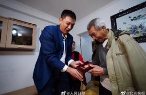 老战士颐和园遗失抗美援朝纪念章获赠新奖章