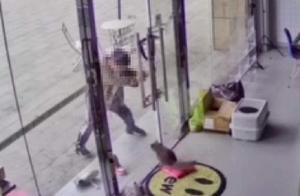 南京一鞋店老板发现男孩虐猫,要求其家属道歉却遭拒,网友:孩子家长都不懂事