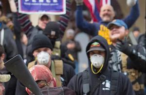 突发!美国多地同时暴动,国民扛枪上街抗议封城