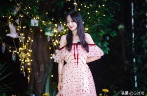 郑爽清新甜美的元气穿搭,一袭粉色漏肩星星纱裙,化身森系小仙女