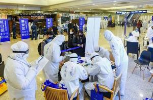 浦东机场外籍旅客破涕为笑,沟通最重要