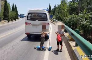 两小孩山路上溜滑板车,合阳民警及时制止保安全