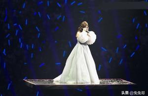 梁静茹演唱会新男友送花篮,但她唱分手快乐时哭了,疑想起赵元同