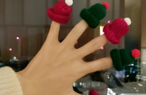 唐嫣童心大发玩女儿玩具,手指戴满迷你帽,母女俩提前迎接圣诞