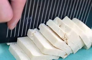 香煎豆腐煎得表皮金黄的豆腐混着香浓的汤汁,外酥里嫩,一口一个