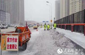 哈尔滨市迎来大规模降雪   4.2万名环卫工人上路清雪
