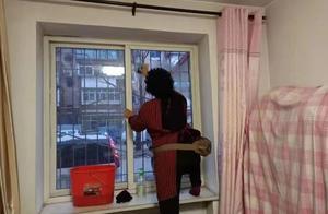 迎双节送温暖,石家庄一街道办为失独家庭擦玻璃