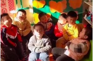 幼儿园合照让网友笑翻,网友:这是把幼儿园变养老院啊