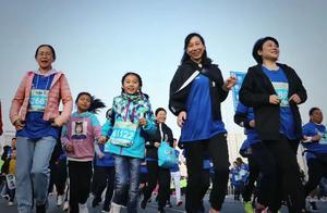 随手拍信阳:马拉松比赛中那些可爱的小朋友们  点个赞吧