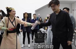 """胡歌探班唐嫣,12年""""老友记"""",36岁唐嫣娇羞捂脸猛飙家乡话"""