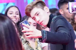 王子异成亚洲唯一出席艺人 现身欧洲音乐节与粉丝温馨互动