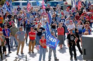 """""""还没完!"""":拜登宣布获胜后,特朗普支持者们涌向各州议会大厦"""