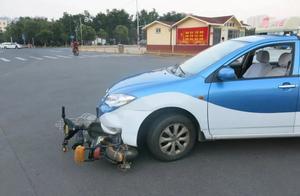 少年被卷车轮下,众人合力抬车救人