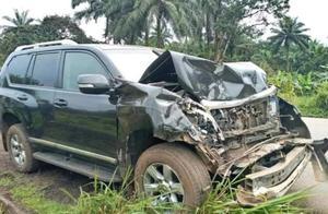 前巴萨巨星埃托奥遭遇车祸!车头面目全非,本人已送往医院