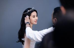 刘亦菲写真大片,身穿抹胸大秀好身材,天鹅颈美到瞬间狙击心脏
