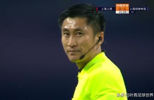 中超神剧情:马宁不看VAR,果断吹罚点球!申花7人围住他