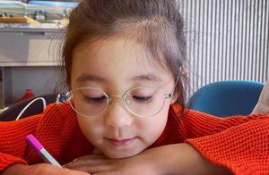 贾静雯晒女儿近照,咘咘戴上眼镜好斯文,原来咘咘两眼出现了问题