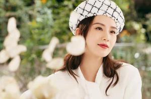 刘诗诗衣品真高级,高领针织衫搭配印花短裙,高级又减龄