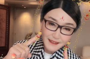 58岁吴刚扮女装讨老婆开心,被赞是美人,嘟嘴卖萌私下形象反差大