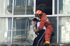 贵阳一女学生欲跳楼,消防员一个飞扑将其救下