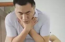 """男孩吃夏威夷果卡喉咙,几个老师用""""海姆立克急救法""""救回孩子一命!"""