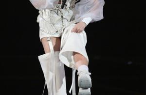 杨丞琳演唱会跌落舞台险丧命!幸亏被工作人员接住了,李荣浩后怕