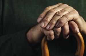 94岁老人被抬到银行做人脸识别,涉事银行通报