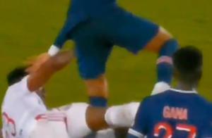 暴力剪刀脚!内马尔倒地惨叫被铲哭,担架抬离球场,恐重伤缺席