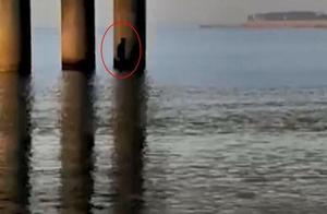 男子不慎从桥上掉落,80岁老奶奶摇船救人,称:只要救人就高兴