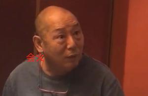 65岁李成儒现身酒桌,穿着百元便宜T恤,看不出曾是90年代亿元户