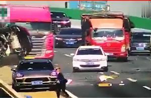 小货车失控撞上私家车,私家车翻下大桥,让人揪心
