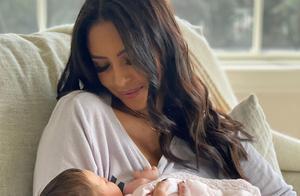 我爱你!瓦妮莎紧紧抱着小吉安娜,加索尔夫妇万圣节陪伴太暖心