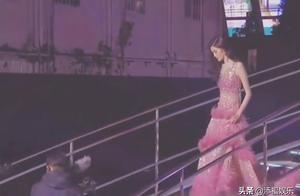 何穗下台阶像仙女,穿高跟鞋提长裙十分优雅,却被GQ死亡打光坑