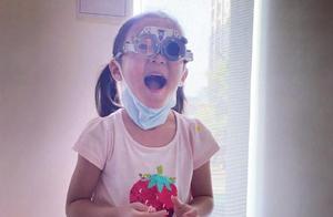 贾静雯曝咘咘患先天性弱视,两眼高度视差600度,要戴眼镜治疗