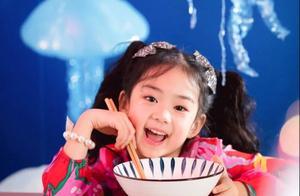 戚薇6岁女儿镜头感十足!拍生日写真比小模特有范,和妈妈太相似