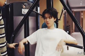 王俊凯工作结束后坚持健身,器械上的数字是亮点,自律又有魅力
