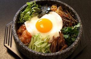 米饭煮多不用怕,我们来做韩式拌饭,加上鸡蛋、黄瓜和胡萝卜好吃