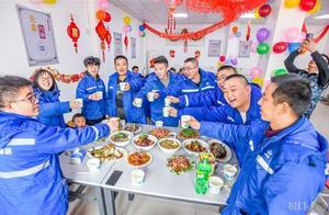 武汉地铁工地上飘来浓浓年味,陕西小伙给父亲直播团年饭
